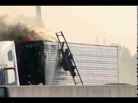 Feuerwehrmann fällt von Leiter