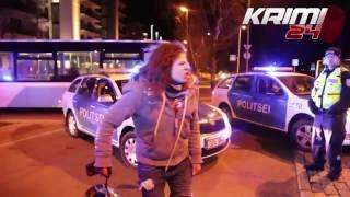 Policja taranuje uciekającego motocyklistę, pasażerka dostaje szału