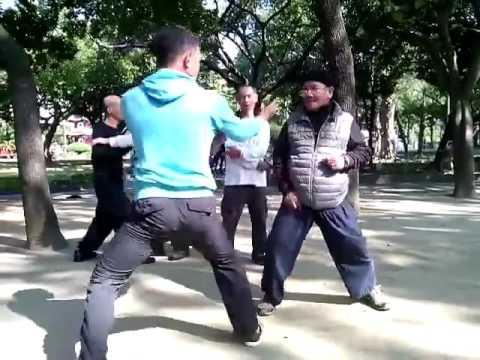 男子早晨的公園拍到一位老伯伯跟年輕人在切磋武功,看完才深深體會到人不可貌相啊!