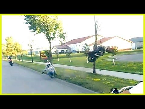 這群摩托車騎士高速行駛中表演特技,最讓人驚艷的一招莫過於『教大家如何修剪樹枝』!