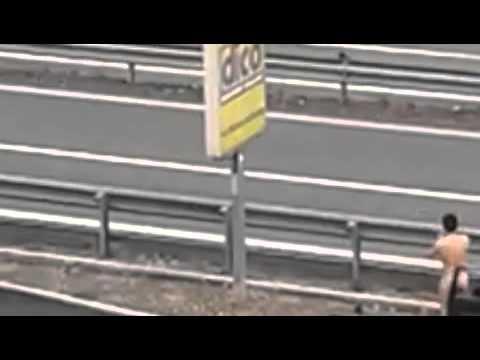 Uomo corre nudo in strada (ingrandito)