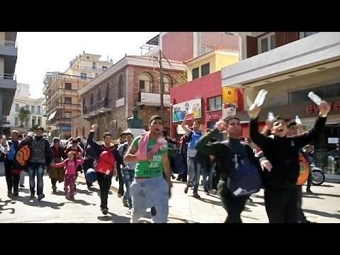 Πρόσφυγες και μετανάστες εγκαταλείπουν το hot spot της Χίου – Στόχος τους να φτάσουν στον Πειραιά