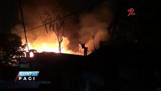 Lima unit rumah kontrakan dan sebuah benkel di Tebet Timur, Jakarta Selatan, terbakar Senin (21/08) dini hari. Api diduga berasal dare hubungan pendek arus listrik.Kobaran api dengan cepat membakar bangunan – bangunan ini. Satu unit mobil di dalam bengkel juga ikut terbakar dalam peristiwa ini.Warga sekitar dan penghuni rumah langsung melakukan upaya pemadaman secara swadaya. Warga juga menyelamatkan barang – barang yang belum terlalap si jago merah.Api baru dapat padam setelah 10 unit mobil pemadam kebakaran dikerahkan.