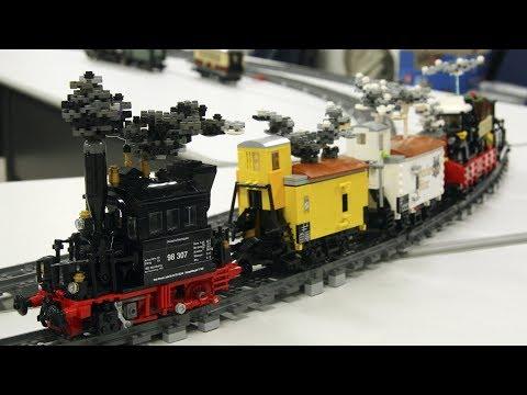 Glaskasten und Güterzug