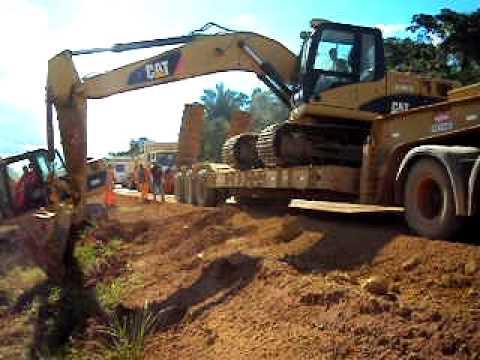 Manobra arriscada com escavadeira hidráulica