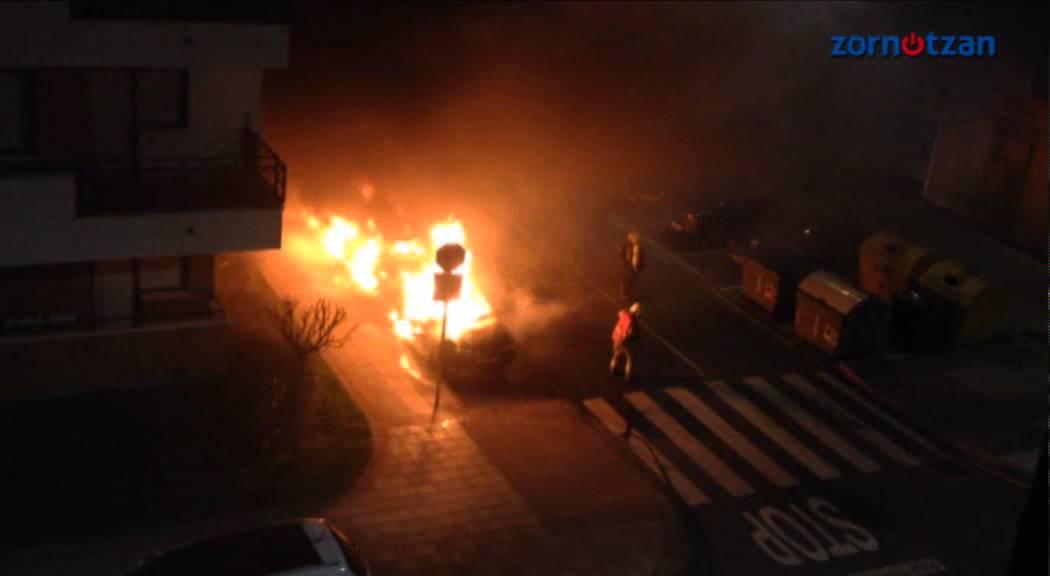 Arden tres coches en una céntrica calle de Amorebieta