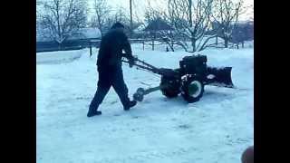 Мотоблок убирает снег