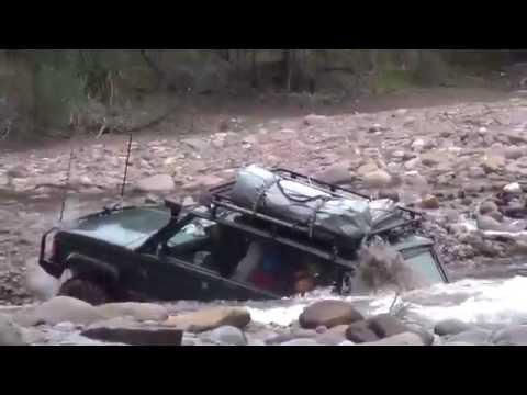 Attraversa un fiume in Range Rover