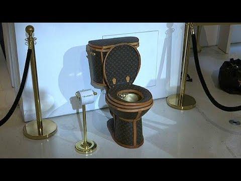 العرب اليوم - شاهد: مرحاض ذهبي مغلف بحقائب من علامة لويس فويتون بثمن 100000 دولار
