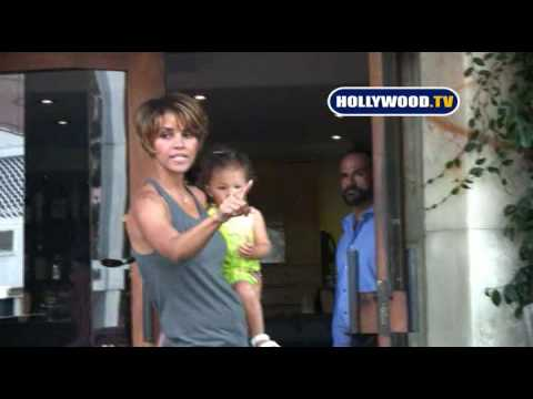 Police Need to Escorte Halle Berry to Car