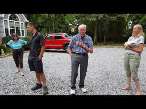 Este abuelo por fin consigue el coche de sus sueños gracias a sus nietos