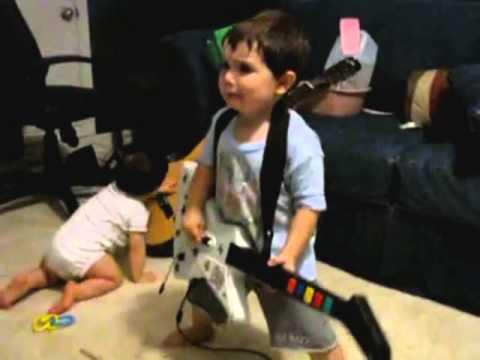 questo bambino prende fin troppo sul serio una partita a guitar hero!