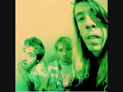 "Video - Ιστορικές φωτογραφίες από το πρώτο live των ""άγνωστων και ασήμαντων"" τότε Nirvana σε ένα υπόγειο του Σιάτλ. Ήταν 20 χρονών. Τις ανέβασε η κόρη ενός μουσικού, φίλου του Cobain. Δεν είχε ιδέα ότι αξίζουν εκατομμύρια"