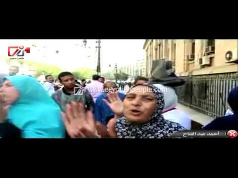 انصار مبارك يتظاهرون بالبيادة فوق رؤسهم امام دار القضاء