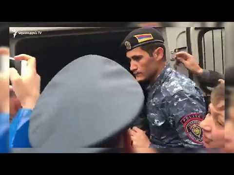 Ոստիկանները բռնի ուժով բերման են ենթարկում Մաշտոցի պողոտայից - DomaVideo.Ru