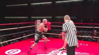 Typ ze zlamana reka nokautuje przeciwnika – MMA