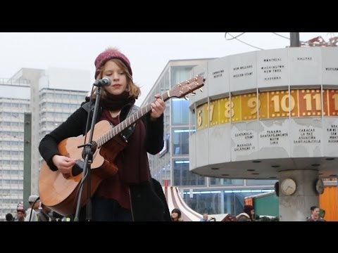 Alice Hills: Straßenmusikerin am Alexanderplatz in Berlin