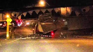 Le camion est trop haut pour le pont. C'est l'accident.