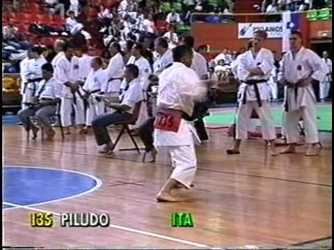 milan fashion silate - Il Maestro Giampaolo Piludu del centro sportivo Kanazawa di Quartu Sant'Elena ai campionati mondiali di Karate Milano 1997 mentre esegue il kata SOCHIN.