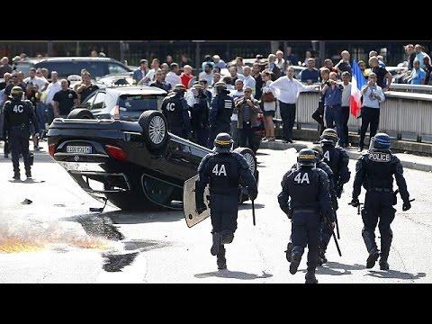 Γαλλία: Οδηγοί ταξί εναντίον Uber – Κυκλοφοριακό χάος και βίαια επεισόδια