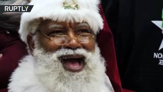 Темнокожий Санта-Клаус впервые поздравил детей в крупнейшем магазине в США