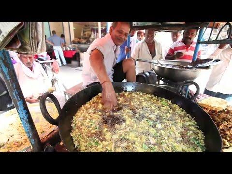 路邊賣炸物的阿伯常有遊客要他伸手進油鍋,然而他卻還真的會笑著接受遊客的要求?!