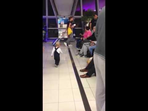 Μωράκι αγκαλιάζει ταξιδιώτες στο αεροδρόμιο της Μπανγκόκ