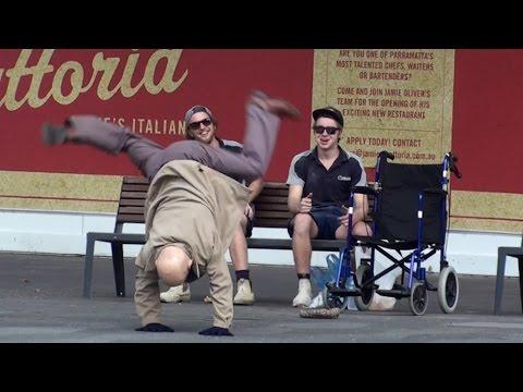 超酷!舞蹈高手假扮成老先生的模樣,當路人來幫忙照顧他的時候...