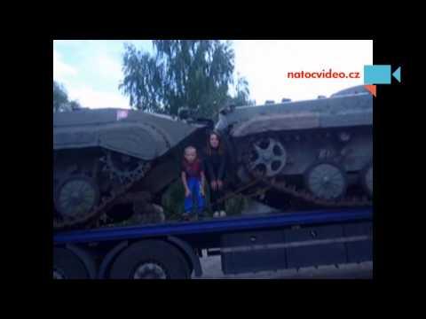 Žena dítě a tanky