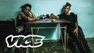 VICE conoce a los últimos miembros de Los Frikis, un movimiento cubano de punk que en los 90s se auto infectaron con el virus del VIH. Los Frikis utilizaron ...