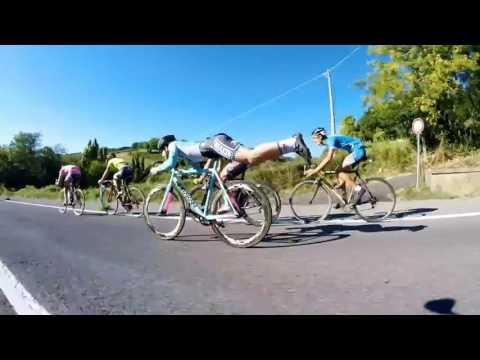 這位自行車手被甩到最後一名時突然「雙腳離開踏板變成超人姿勢」,接下來競爭對手就只能傻眼地看著他超車…