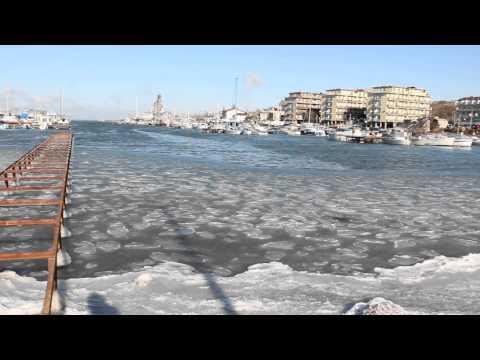 У нас море начало замерзать