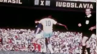 Fica, fica, fica... Há 46 anos, no dia 18/07/1971, Pelé se despedida de maneira oficial da Seleção Brasileira. O jogo disputado no Estádio do Maracanã terminou em 2 a 2 contra a Iugoslávia com gols de Rivelino e Gérson. Árbitro: Vital Loraux (Bélgica/Belgium)Brasil: Félix, Zé Maria (Eurico), Britto, Piazza, Everaldo (Marco Antônio), Clodoaldo, Gérson, Rivellino, Zequinha, Pelé (Claudiomiro), Vaguinho. Técnico : ZagalloIugoslávia: Radomir Vukcevic, Mladen Ramljak (Zoran Antonijevic), Dragan Holcer, Blagoje Paunovic, Dragoslav Stepanovic - Miroslav Pavlovic, Branko Oblak, Jovan Acimovic - Ilija Petkovic (Nenad Bjekovic), Zoran Filipovic (Jurica Jerkovic), Dragan Džajic. Técnico: Vujadin Boškov As breves voltas do ReiPelé voltou a atuar pela Seleção Brasileira em amistosos contra o Flamengo em 06/10/1976, derrota por 2 a 0 e jogo comemorativo ao seu cinquentenário em 31/10/1990, contra a Seleção do Mundo, outra derrota, 2 a 1.  No total, o maior de todos os tempos atuou em 114 jogos anotando 95 gols em 84 vitórias, 16 empates e 14 derrotas.
