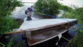 Il saute par dessus une route en wakeboard