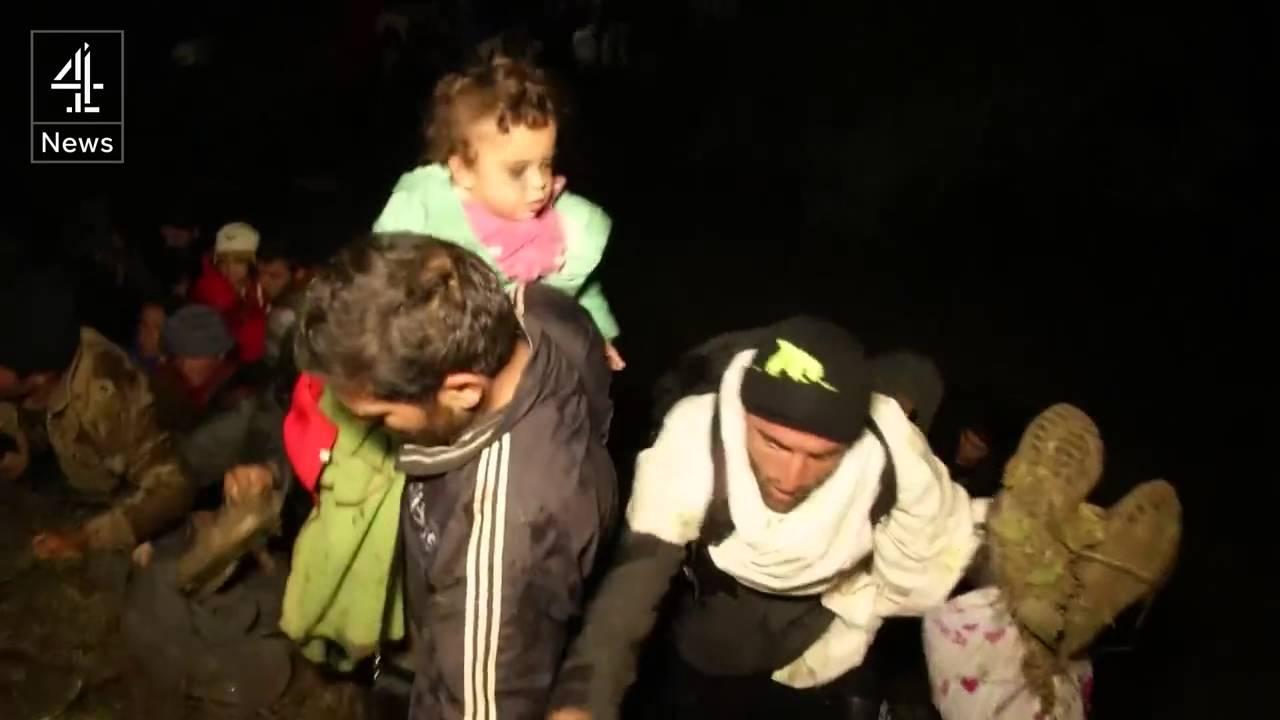 Πρόσφυγες περνούν ποταμό στα σλοβενικά σύνορα