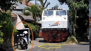 Video A Train Stops in front of a house because a Woman parks motorcycle carelessly MP3, 3GP, MP4, WEBM, AVI, FLV November 2018