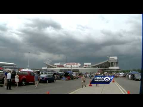 Storms delay start of concert