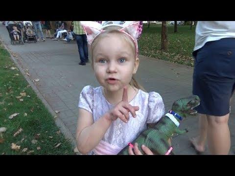 Алиса гуляет на улице Покупает игрушки и вкусняшки!!! Children's Playground Fountains (видео)