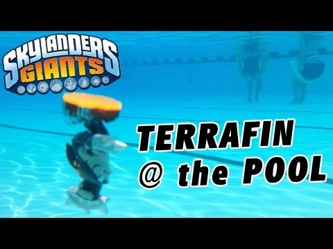 Terrafin Swims in the Pool (Unboxing Skylanders Giants / Under Water)