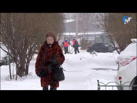 С раннего утра в областном центре ведётся борьба со снегом
