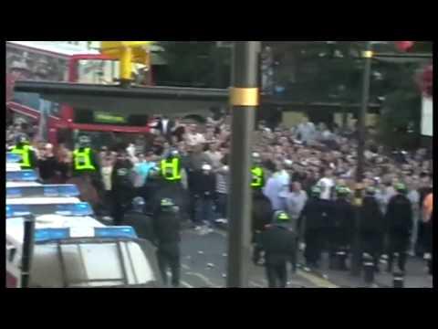Policía conteniendo la violencia entre fans del Millwall y West Ham