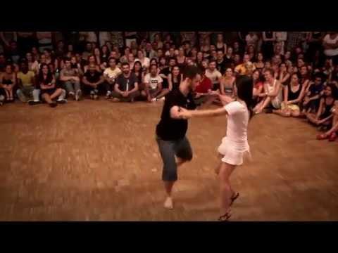 這位男舞者邀請了一位女生一起跳舞時觀眾都沒什麼期待,然而表演才開始5秒大家就歡聲雷動!