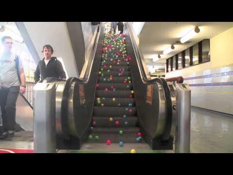 Thả một đống bóng lên thang máy
