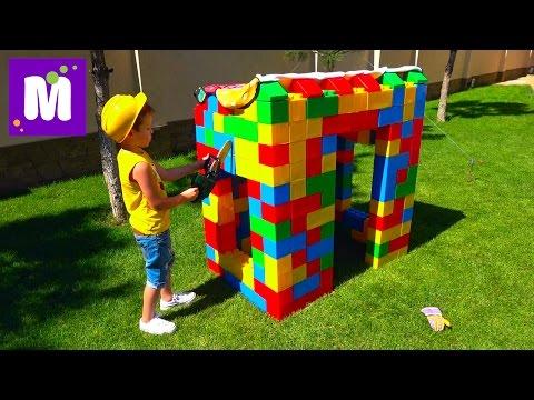 Макс строит Домик из большого конструктора Катается на тракторе машинке с прицепом (видео)
