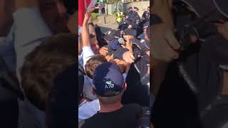 Protestujący chcą dostać się przed siedzibę PiS.