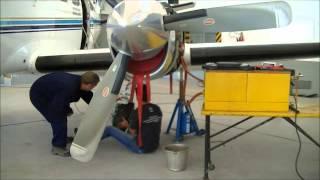 Prueba de tren de aterrizaje en el avión Conquest 441 de la DPAO y PA, realizado por el profesor Esteban Barreda junto a los...