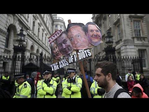 Μ.Βρετανία: «Κάμερον παραιτήσου!», φωνάζουν οι διαδηλωτές