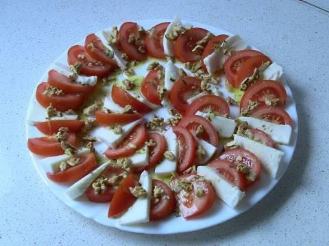 Ensalada de tomates y queso de cabra con aderezo especial
