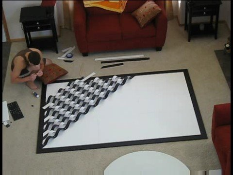 她叫老公做些可以讓白牆不那麼單調的裝飾品,結果老公想了一下就拿出很大一塊的海報看板…