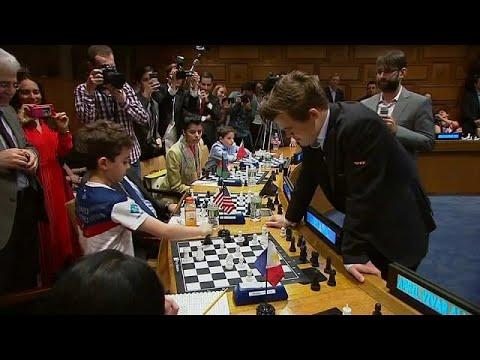 العرب اليوم - شاهد: بطل العالم للشطرنج يهزم 15 منافسًا في آن واحد